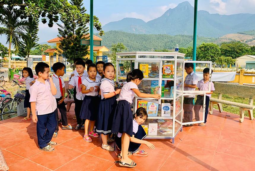 Đặc biệt, FPT còn trao tặng cho trường Tiểu học - Trung học Đại Sơn 20 dàn máy vi tính và 10 bộ bàn ghế nhằm phục vụ công tác đào tạo cho học sinh.