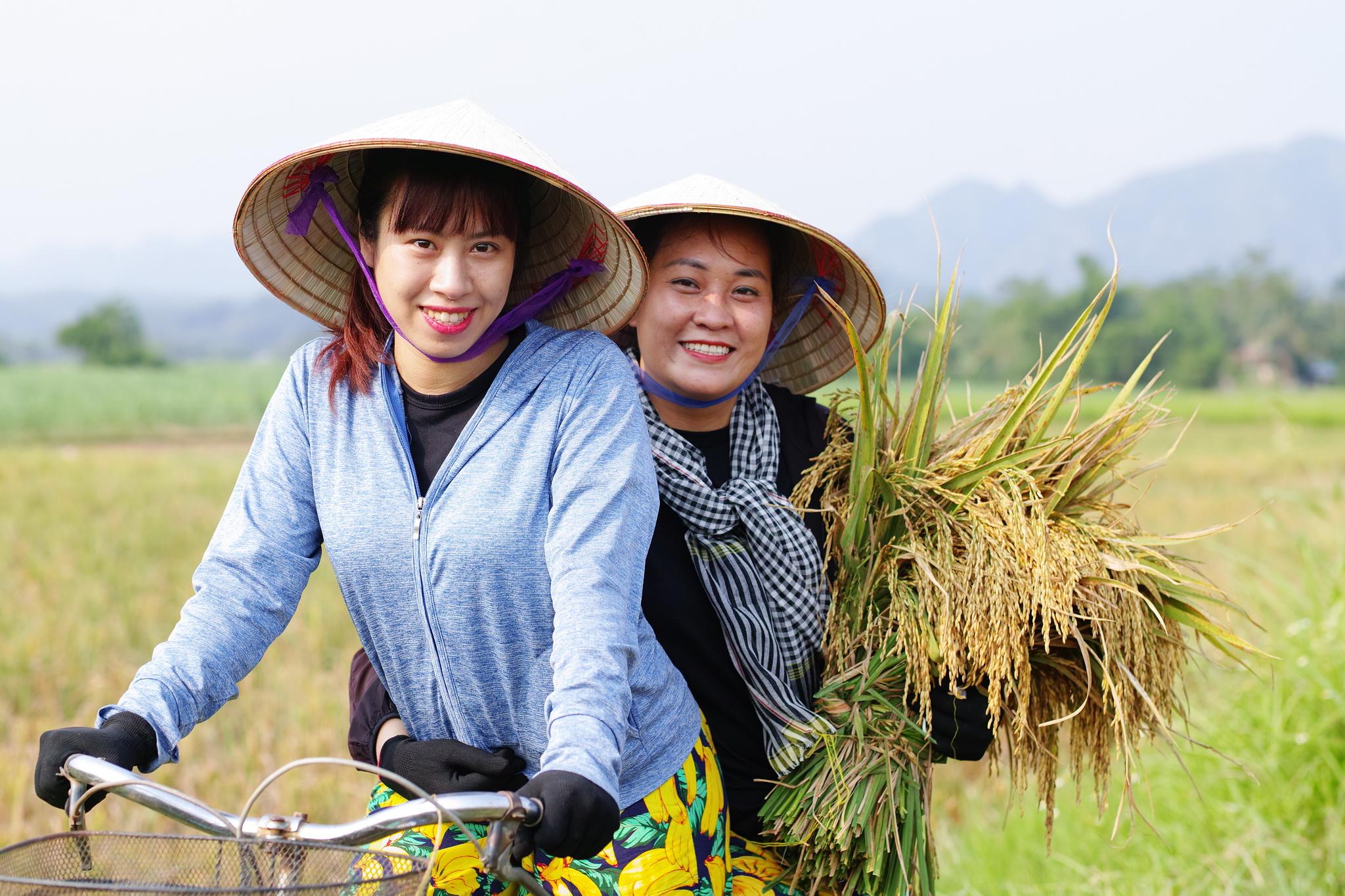 Theo đó, để chuẩn bị cho mùa gặt lần này, BTC cũng bố trí mua đủ dụng cụ: lưới, dây buộc, găng tay, ủng... để mọi người sử dụng và tham gia hoạt động an toàn.