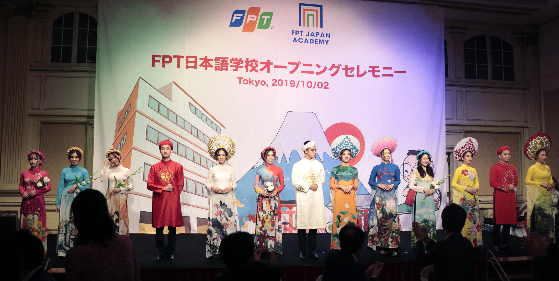 Các nam thanh - nữ tú FPT trình diễn trang phục áo dài truyền thống.
