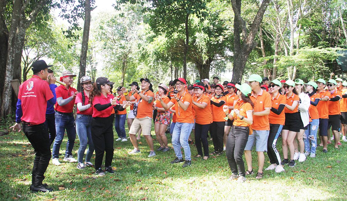 Sau chương trình thiện nguyện tại trường Tiểu học Hà Huy Tập, xã Đrây Sao, tỉnh Đăk Lăk, gần 50 cán bộ phong trào FPT bước vào hoạt động teambuilding.