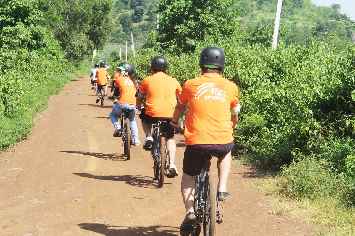 Hấp dẫn nhất là game vượt chướng ngại vật bằng xe đạp. 4 đội phải đạp xe chinh phục hơn 1 km đường đồi dốc để đến địa điểm tiếp theo.
