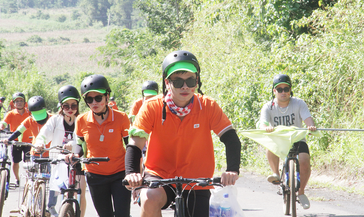 Thời tiết nắng nóng và đường dốc nên cả 4 đội gặp rất nhiều khó khăn. Đội Xanh lá xuất sắc dẫn đầu đoàn nhưng nhanh chóng mất sức.