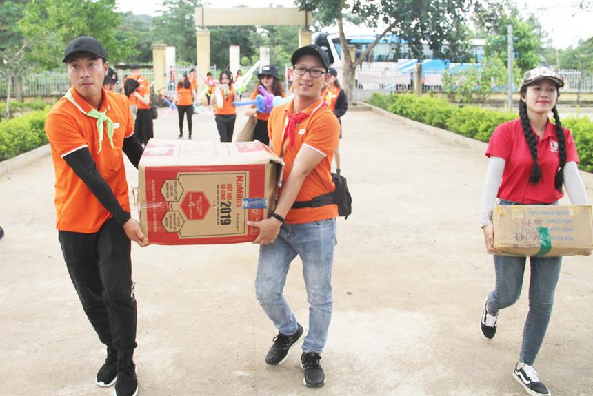 Sáng nay (4/10), gần 50 cán bộ văn hóa FPT và các công ty thành viên bắt đầu hành trình teambuilding tại TP Buôn Ma Thuột, tỉnh Đăk Lăk. Mở đầu là hoạt động thiện nguyện tại trường Tiểu học Hà Huy Tập, xã Đrây Sap, huyện Krông Ana, tỉnh Đăk Lăk.