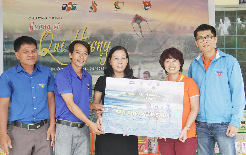 Đại diện chính quyền địa phương và trường Tiểu học Hà Huy Tập lên nhận bảng tượng trưng khu vui chơi và tủ sách của FPT. Đoàn tin rằng những món quà sẽ mang đến những điều tốt đẹp cho thầy và trò nhà trường.