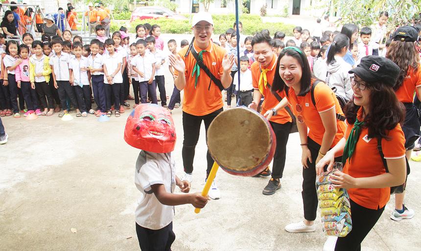 Dịp ngày, đoàn thiện nguyện FPT còn tổ chức nhiều trò chơi dân gian cho học sinh kèm theo những phần quà như bánh kẹo, bong bóng... Học sinh dùng mặt ông địa để bịt mặt và di chuyển về phía trước đập vào cái trống. Ai đập trúng cái trống sẽ được nhận quà.