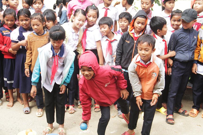 Trò chơi ném banh vào rổ cũng thu hút đông đảo các em học sinh tham gia. Hoạt động đem lại tiếng cười sảng khoái khắp sân trường...