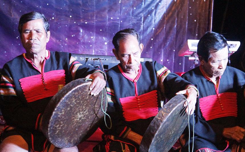 Tối cùng ngày, CEO FPT Nguyễn Văn Khoa cùng cán bộ phong trào tham gia chương trình Gala Dinner. Hoạt động nhằm giúp cán bộ nhà F trải nghiệm văn hóa đồng bào Ê Đê. Mở đầu là tiết mục vũ điệu cồng chiêng do người Ê Đê thể hiện. Cồng chiêng là loại nhạc cụ bằng hợp kim đồng, có khi pha bạc hoặc đồng đen. Văn hóa cồng chiêng Tây Nguyên của Việt Nam đã được UNESCO công nhận là kiệt tác văn hóa phi vật thể và truyền khẩu của nhân loại.