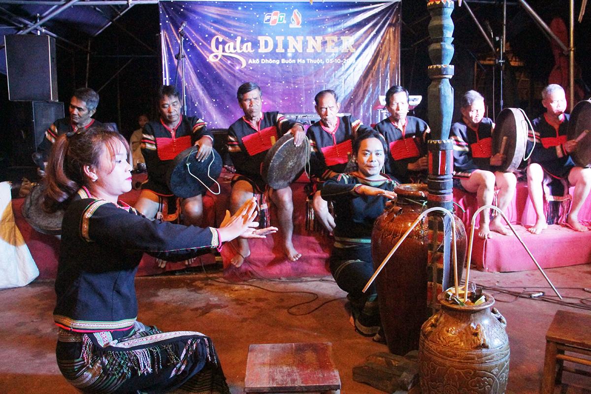 Do theo chế độ mẫu hệ của người Ê Đê, trước khi uống rượu cần, người phụ nữ làm nhiệm vụ khai tiệc thông qua những vũ điệu truyền thống trên nền nhạc cồng chiêng.