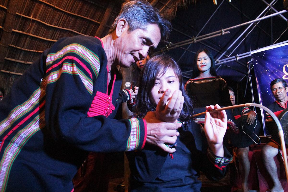 Trong quá trình uống rượu cần, già làng còn tặng vòng đồng may mắn cho chị Nông Hương Ly,Trưởng Ban Văn hóa - Đoàn thể FPT.
