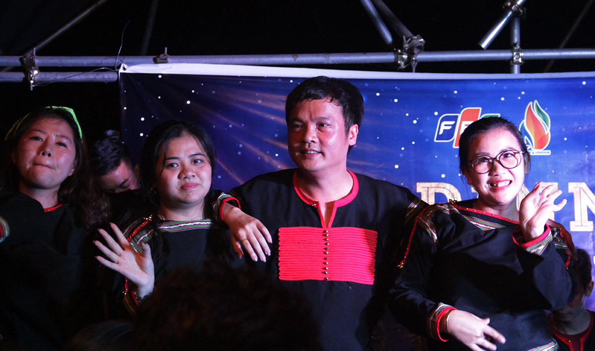 CEO FPT nhanh chóng nhường lại micro cho mọi người. Thay vào đó, anh tham gia cổ vũ bằng những điệu nhảy sôi động trên sân khấu.