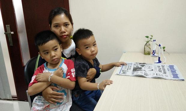 Chị Tâm và hai bé Ngô Gia Bảo (trái) và Ngô Gia Khánh.