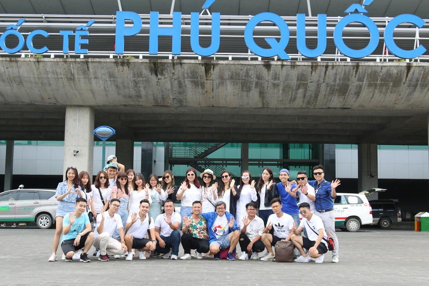 Khởi hành từ Hà Nội lúc 5h sáng từ FPT Cầu Giấy, đoàn đã có mặt ở Phú Quốc lúc 9h để bắt đầu cuộc hành trình. Những con người trẻ trung đầy sức sống, gương mặt rạng rỡ nụ cười như khiến sân bay sáng rực cả một góc.