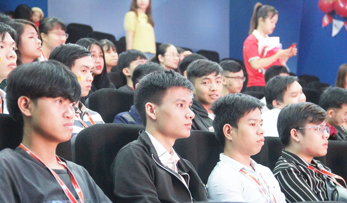 13h ngày 10/10, hơn 200 CBNV FPT Software đã có mặt tại phòng hội trường 300 người, FPT Complex, TP Đà Nẵng để cổ vũ cho các đội thi chung kết PM Contest 2019. Đây là sân chơi được tổ chức thường niên từ năm 2016 có quy mô toàn quốc nhằm tìm kiếm những quản trị dự án giỏi.