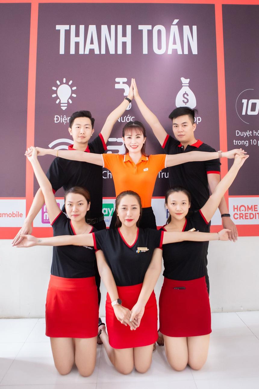 """Là thí sinh """"mở màn"""" cuộc thi với SBD 001, chị Lê Thị Kiều Oanh, Giám sát kinh doanh khu vực 7 của Vùng miền Bắc 1, đã chăm chút cho những """"đứa con tinh thần"""" của mình. Bức ảnh tạo hình nghệ thuật mang thông điệp: """"Mỗi CBNV nhà Bán lẻ là 1 cánh sao vàng, gắn kết với nhau để thành ngôi sao tỏa sáng trong lòng khách hàng, người thân và đồng nghiệp. Để mỗi khi nhìn lại, chúng ta luôn tự hào rằng mình là người FPT Retail"""", chị Oanh (áo cam) cho biết."""