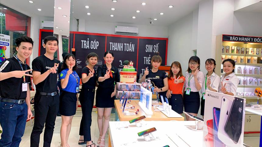Bức ảnh thể hiện tinh thần tiệc sinh nhật gọn gàng nhưng vẫn tràn đầy tiếng cười của thí sinh mang SBD 009 Lê Thị Ngọc Tuyết (thứ 5 từ phải sang), nhân viên kinh doanh, FPT Shop đường Nguyễn An Ninh, thị xã Dĩ An, tỉnh Bình Dương.