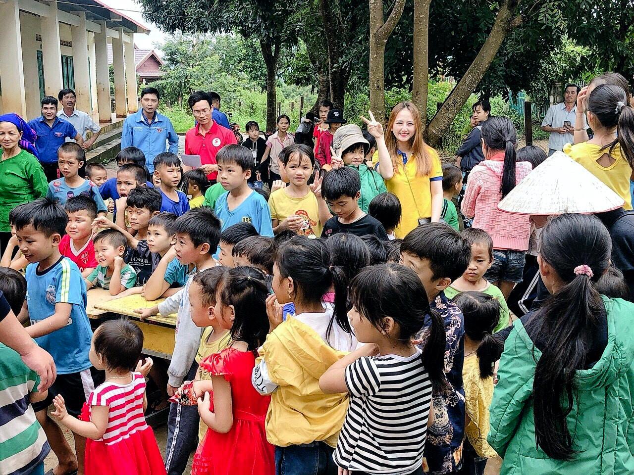 Thí sinh mang SBD 026 Phạm Thị Hà Trang (áo vàng), FPT Shop số 69K Phan Bội Châu, Thống Nhất, Buôn Ma Thuột, tỉnh Đắk Lắk, trải nghiệm hoạt động thiện nguyện của đơn vị.