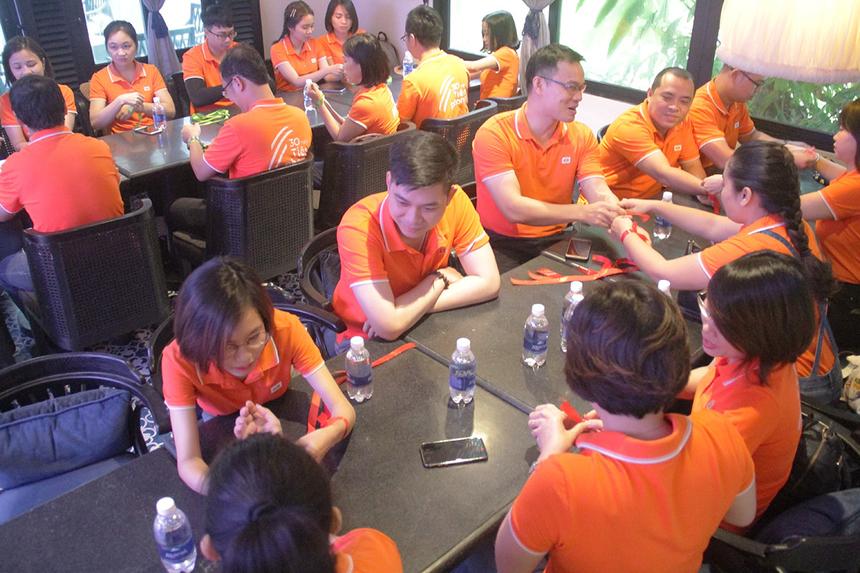 Hơn 30 cán bộ nhân sự nhà F miền Trung di chuyển từ Đà Nẵng vào Hội An đành di chuyển vào hội trườngSOL An Bàng Resort để tham gia tranh tài các game đồng đội. Đoàn chia làm hai đội và thực hiện đeobăng rôn màu Xanh và Đỏ để phân biệt.