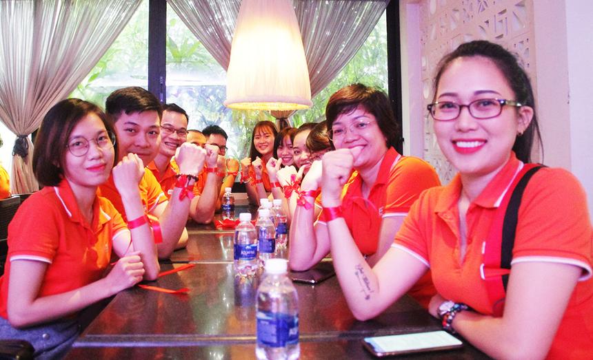 Đội màu Đỏ với phần lớn nhân sự đến từ đơn vị FPT Retail và FPT Software. Họ nhanh chóngđeobăng rôn cho nhau và chụp hình lưu niệm trước khi tranh tài.