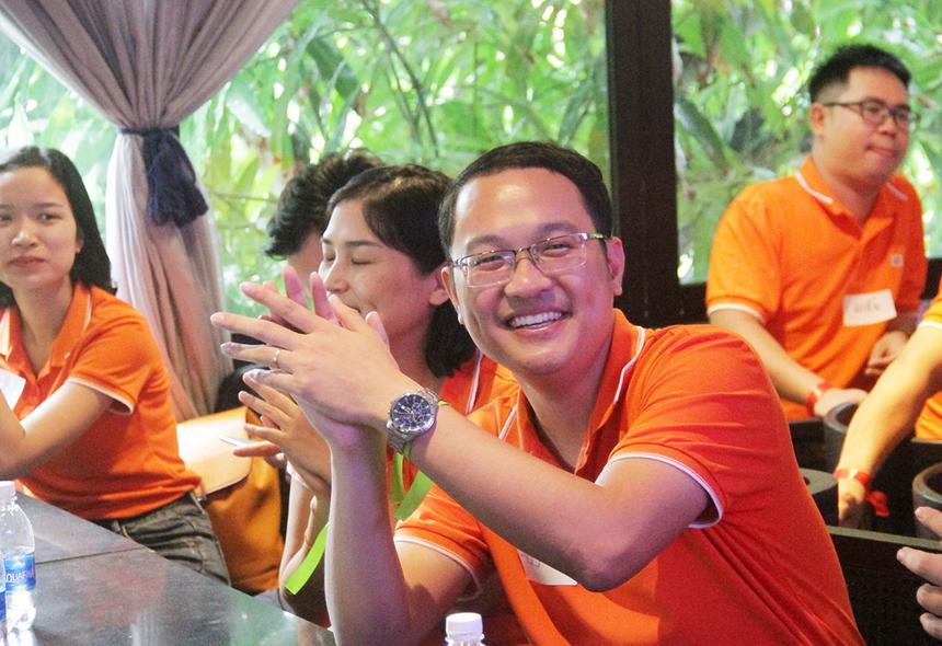Thời gian nghe và trả lời rất ngắn nên yêu cầu các đội cần phải có chiến thuật hợp lý cũng như tập trung cao độ để được quyền trả lời. Là thành viên của đội Xanh, anh Chu Quang Huy, GĐ Nhân sự tập đoàn FPT, liên tục đưa ra đáp án chính xác và mang về điểm số quan trọng.