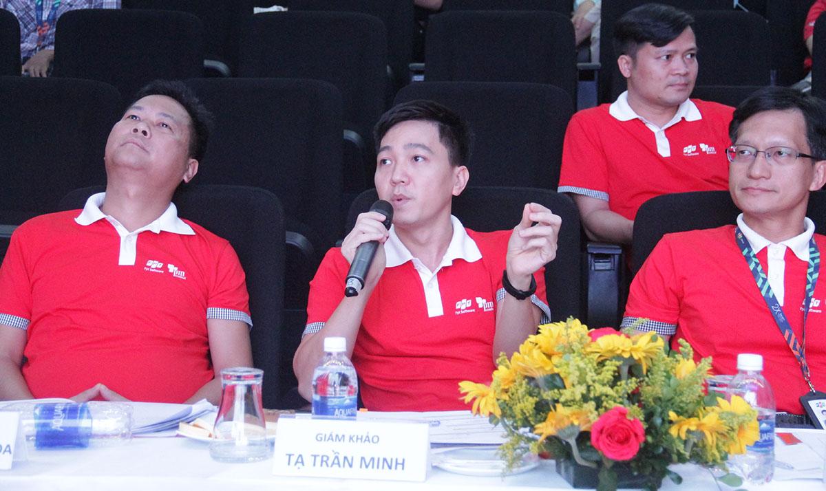 5 giám khảo đặt câu hỏi và chấm điểm cho 6 đội chơi gồm anh Đào Duy Cường, Giám đốc Trung tâm Điều hành sản xuất FPT Software; anh Lê Thanh Nhàn, Giám đốc đơn vị FHM (Đơn vị Phần mềm Chiến lược HCM); anh Nguyễn Quang Hòa, Giám đốc đơn vị FHN (Đơn vị Phần mềm Chiến lược Hà Nội); anh Tạ Trần Minh, Giám đốc đơn vị FGA; anh Nguyễn Tuấn Phương, Phó Giám đốc FPT DPS (Công ty TNHH Dịch vụ xử lý số FPT).