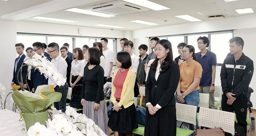 Là học viên 10K BrSE nhỏ tuổi nhất (1997) - Nguyễn Kiều Sao Mai (ngoài cùng bên phải) cho biết em và gia đình đã tìm hiểu rất nhiều trường đào tạo tại Nhật. FPT là một thương hiệu lớn nên Mai quyết định chọn theo học tại Học viện FPT Japan. 22 năm chưa từng ở xa nhà, Mai cho hay, rất bỡ ngỡ khi lần đầu sang Nhật. Tuy nhiên, nữ học viên cho biết sẽ học tập và rèn luyện thật tốt tại xứ sở hoa anh đào.