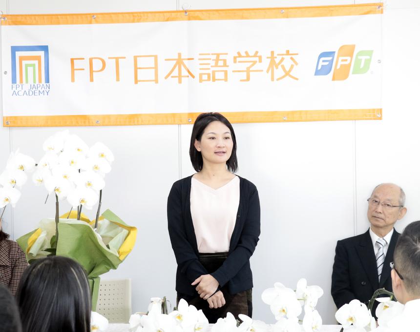 """Ngoài 13 học viên khóa đầu tiên, buổi lễ cũng đón 3 học viên tuyển sinh trực tiếp tại Nhật, và 10 sinh viên ĐH FPT sang thực tập 3 tháng tại trường.Giám đốc Học viện FPT Japan - chị Nguyễn Thị Hồng Nhung cho biết, tại trường Nhật ngữ FPT, học viên không những có cơ hội thực hành ngôn ngữ, mà còn được rèn về ý thức và tác phong làm việc chuyên nghiệp của người Nhật, được chia sẻ kinh nghiệm làm dự án. Chị Nhung cũng mong muốn có sự tương tác, chia sẻ hai chiều giữa học viên và thầy cô. """"Chúng tôi luôn lắng nghe các ý kiến đóng góp của các bạn, từ đó tạo ra môi trường cởi mở, tương tác hai chiều giữa người học và người dạy"""", chị Nhung nói."""