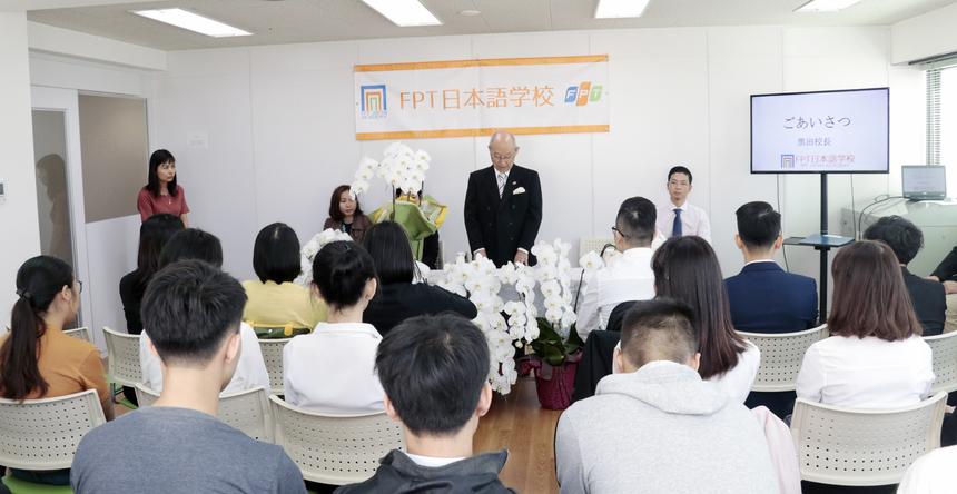 Chúc mừng các trò,thầy Hiệu trưởng Kuroda cho biết 13 học viên khóa đầu tiên của trường tiếng đều là những người có thành tích đầu vào rất tốt. Học viện FPT Japan sẽ tạo mọi điều kiện tốt nhất từ quá trình học tập cho đến đời sống.Thầy mong muốn các em nhanh chóng hòa nhập với môi trường sống, học tập chăm chỉ.
