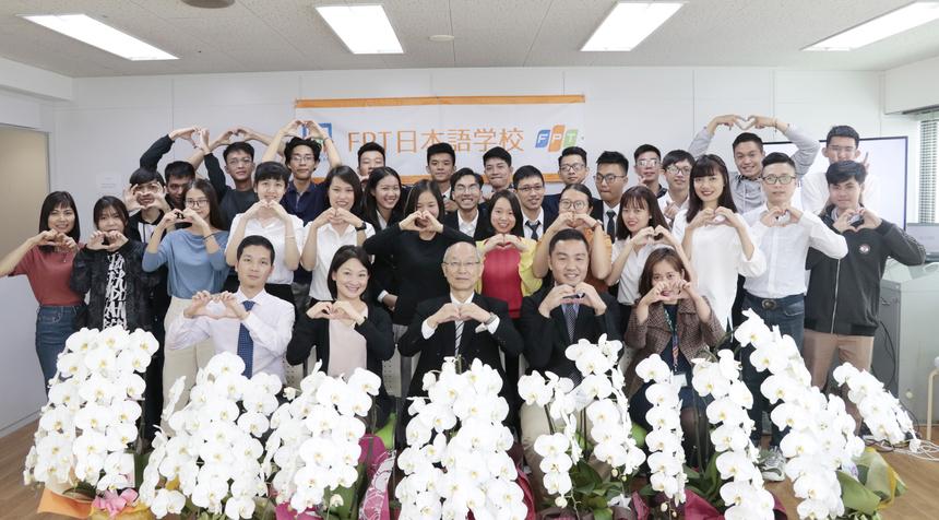 So với Việt Nam, lễ khai giảng ở Học viện FPT Japan đơn giản nhưng trang trọng và ấm cúng.Từng học viên đã tự phá vỡ thế ngại ngùng của bản thân qua bài giới thiệu ngắn gọn bằng tiếng Nhật, đây chính là điều mà nhà trường mong muốn - hãy dùng tiếng Nhật như một lẽ tự nhiên, không gò bó.