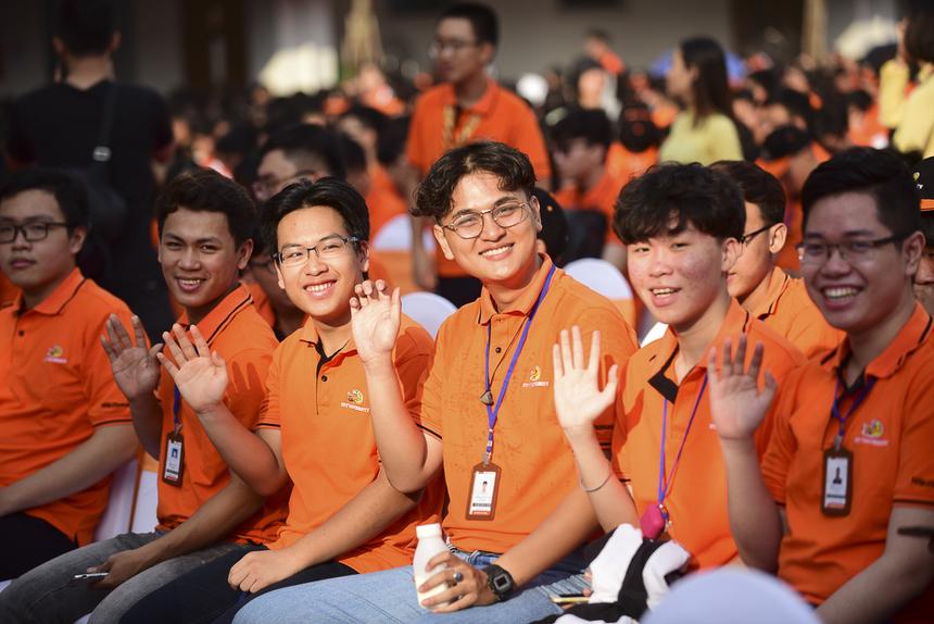 Nụ cười tươi tắn của các tân sinh viên.
