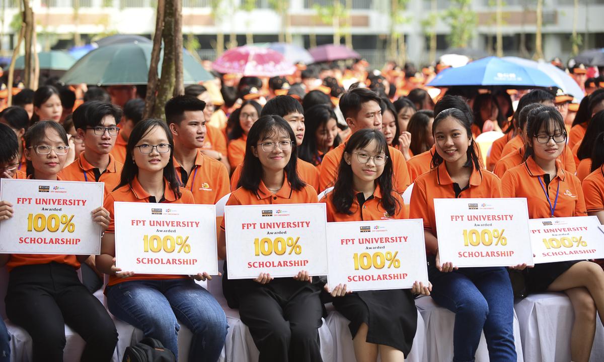 Tại lễ khai giảng, anh Nguyễn Trường Sơn - Phó Giám đốc văn phòng FPT Education HCM và anh Lê Bình Trung – Trưởng ban Tuyển sinh và Truyền thông trao học bổng toàn phần 100% áp dụng suốt 4 năm học cho các tân sinh viên tài năng nhất.