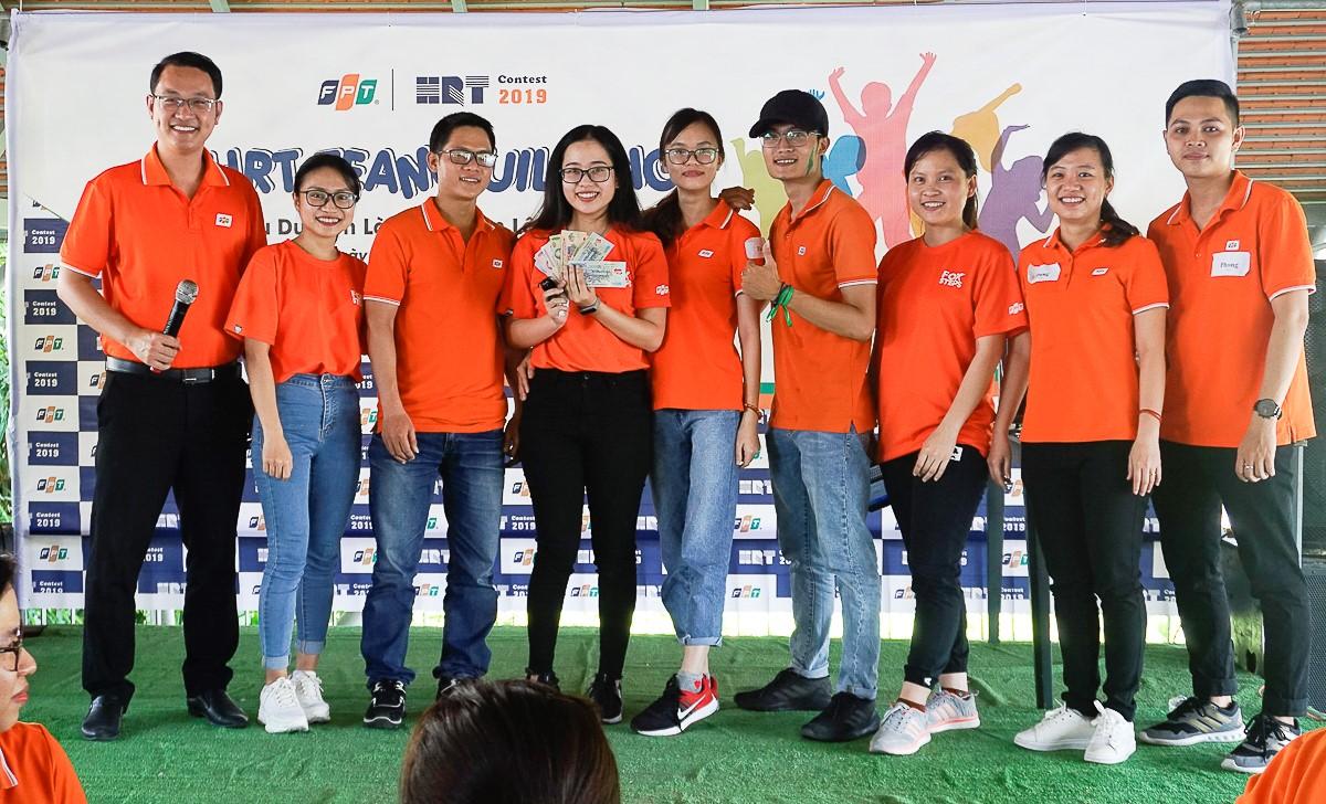 Trò chơi thứ 2 từ anh Chu Quang Huy là thử thách theo cặp uống nước ngọt. Quy định đặt ra là từ lúc người chơi nữ uống hết chai, không một bộ phận cơ thể nào chạm xuống đất với sự giúp đỡ của đồng nghiệp nam cùng chơi.