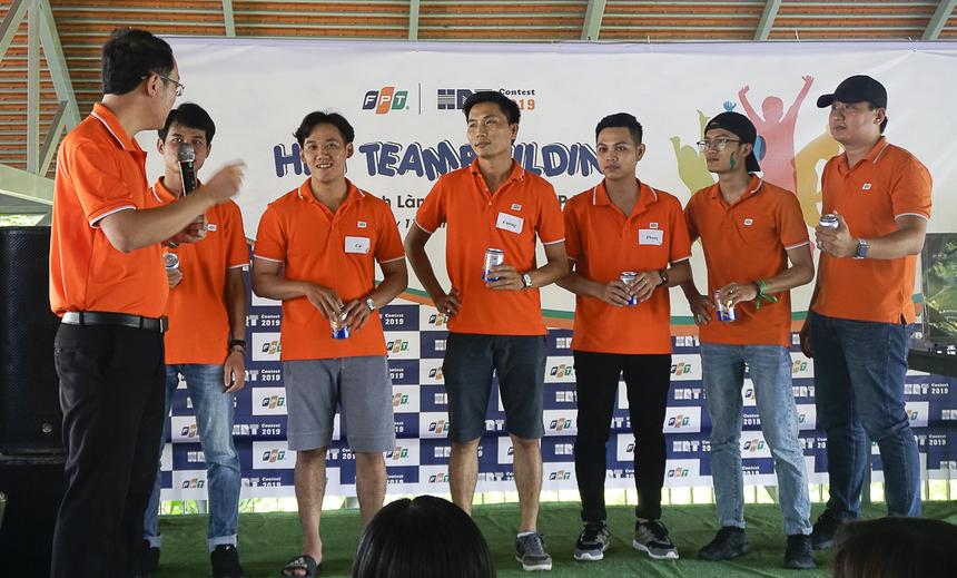 Anh Chu Quang Huy mang đến trò chơi uống bia nhanh bằng ống hút - kêu gọi đầu tư.Người hoàn thành sớm nhất - anh Lê Phước Cường (FPT IS) nhận phần thưởng 500.000 đồng từ GĐ Nhân sự và các nhà đầu tư cho 6 người chơi.