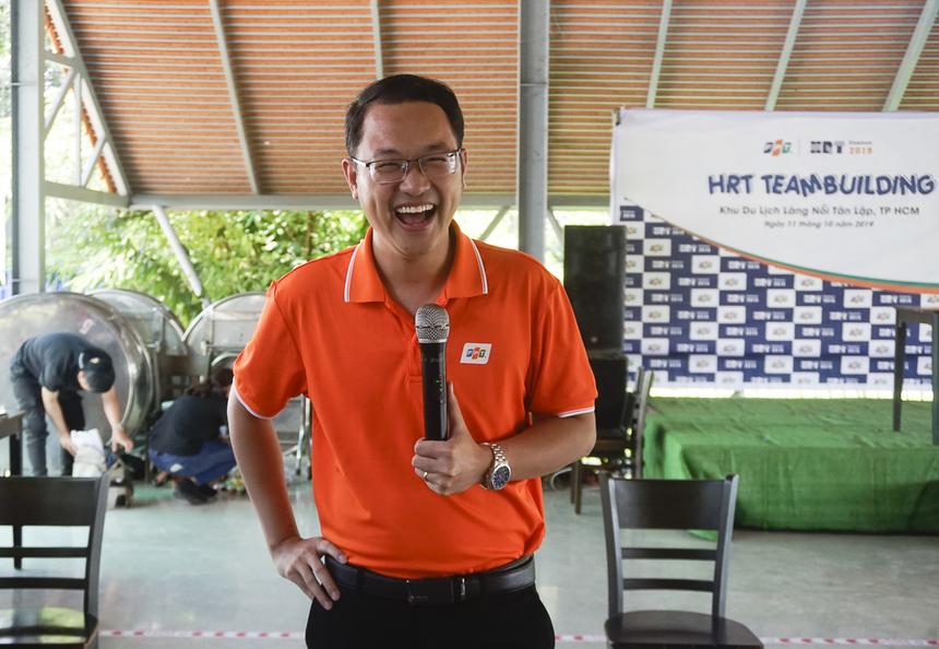 """Giám đốc Nhân sự FPT - anh Chu Quang Huy bày tỏ ấn tượng trước tinh thần hết mình của cán bộ nhân sự phía Nam vì sau thời gian di chuyển lâu hơn dự kiến, tất cả đã tập trung nhanh chóng và sẵn sàng hoà cuộc ngay với chương trình. Dù ngỏ ý được tham gia cuộc chơi cùng mọi người, tuy nhiên anh Huy bị các đội yêu cầu """"rao bán bản thân"""" để thuyết phục đồng nghiệp chấp nhận mình."""