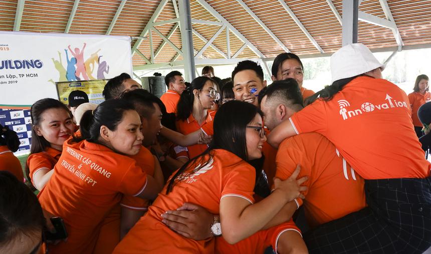 Thử thách 16 người 8 chân khiến thành viên các đội gần gũi và tương trợ nhau hơn bao giờ hết.