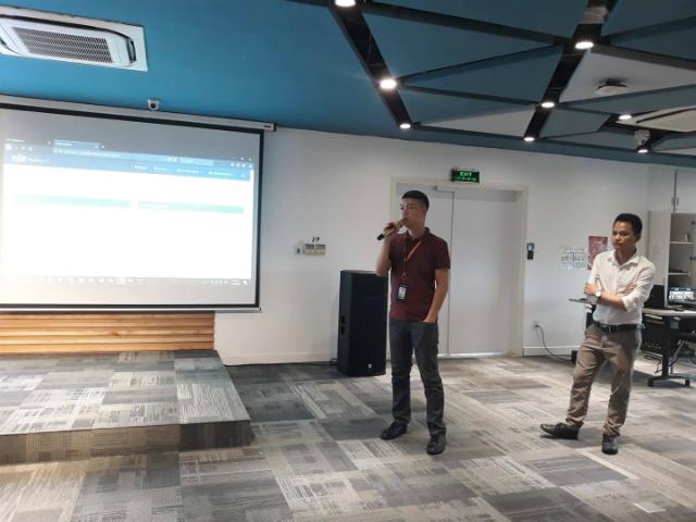 Hai diễn giả Mai Minh Hải (FHO.FST) và Nguyễn Tiến Trình (FHO.FST) trình bày về XOne framework.