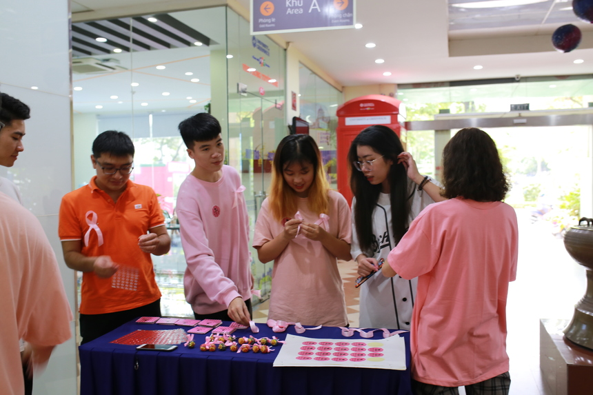 """Tại Đai học Greenwich (Việt Nam), bằng nhiều hoạt động, nổi bật nhất là Chiến dịch """"phủ hồng lớp học"""" khi các bạn sinh viên cùng nhau mặc quần áo, phụ kiện màu hồng (màu vốn được cho rằng chỉ dành cho phái yêu) đến trường vào ngày thứ 2 (14/10) như một thông điệp yêu thương chia sẻ và trận trọng những người phụ nữ."""