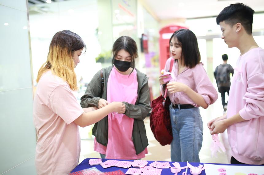 Sáng ngày 14/10, tại sảnh tòa nhà Detech, Đại học Greemwich (Việt Nam) tại Hà Nội diễn ra hưởng ứng ngày phòng chống bệnh ung thư vú ở phụ nữ. Ung thư vú là một trong những căn bệnh nguy hiểm và chủ yếu gặp ở phái nữ. Theo thống kê của IARC (Cơ quan nghiên cứu ung thư thế giới) - ung thư vú chiếm tới 21% và là nguyên nhân tử vong hàng đầu trong tổng số các loại ung thư xuất hiện ở nữ giới. Ước tính có khoảng 5 – 10% ca ung thư vú có liên quan đến đột biến gen và mang tính di truyền. Những yếu tố di truyền được xác định gồm gen 1 (BRCA1) và gen 2 (BRCA2) là tác nhân gây ung thư.