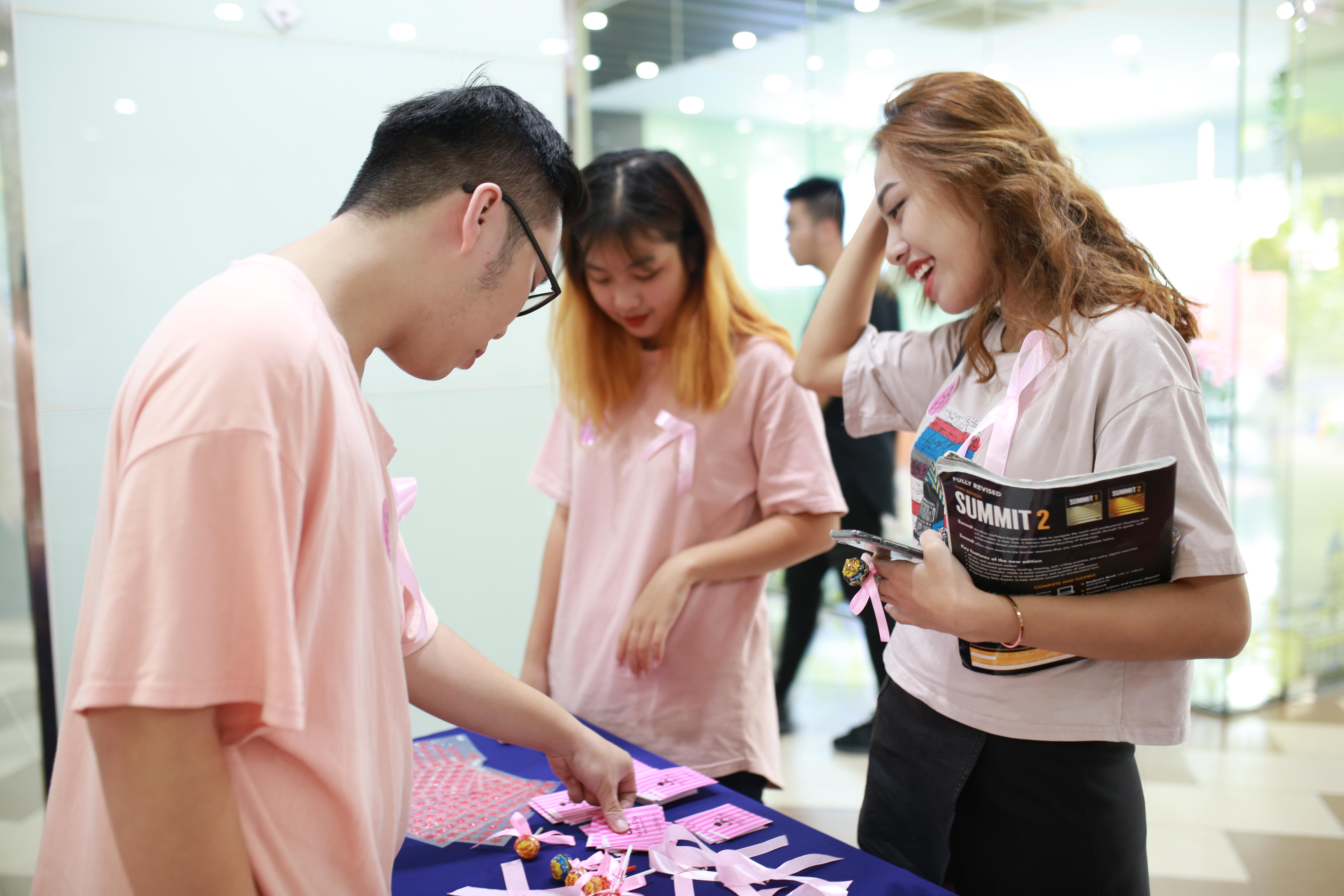 Phần lớn, ung thư vú xảy ra ở độ tuổi từ 35 - 45, tuy nhiên gần đây độ tuổi đang có chiều hướng giảm xuống, ngay cả những phụ nữ độ tuổi từ 20 - 30 cũng đã có thể mắc bệnh. Thực trạng này cũng không ngoại lệ tại Việt Nam vì thế hơn khi nào hết cần sớm có nhận thức để phòng chống căn bệnh này.