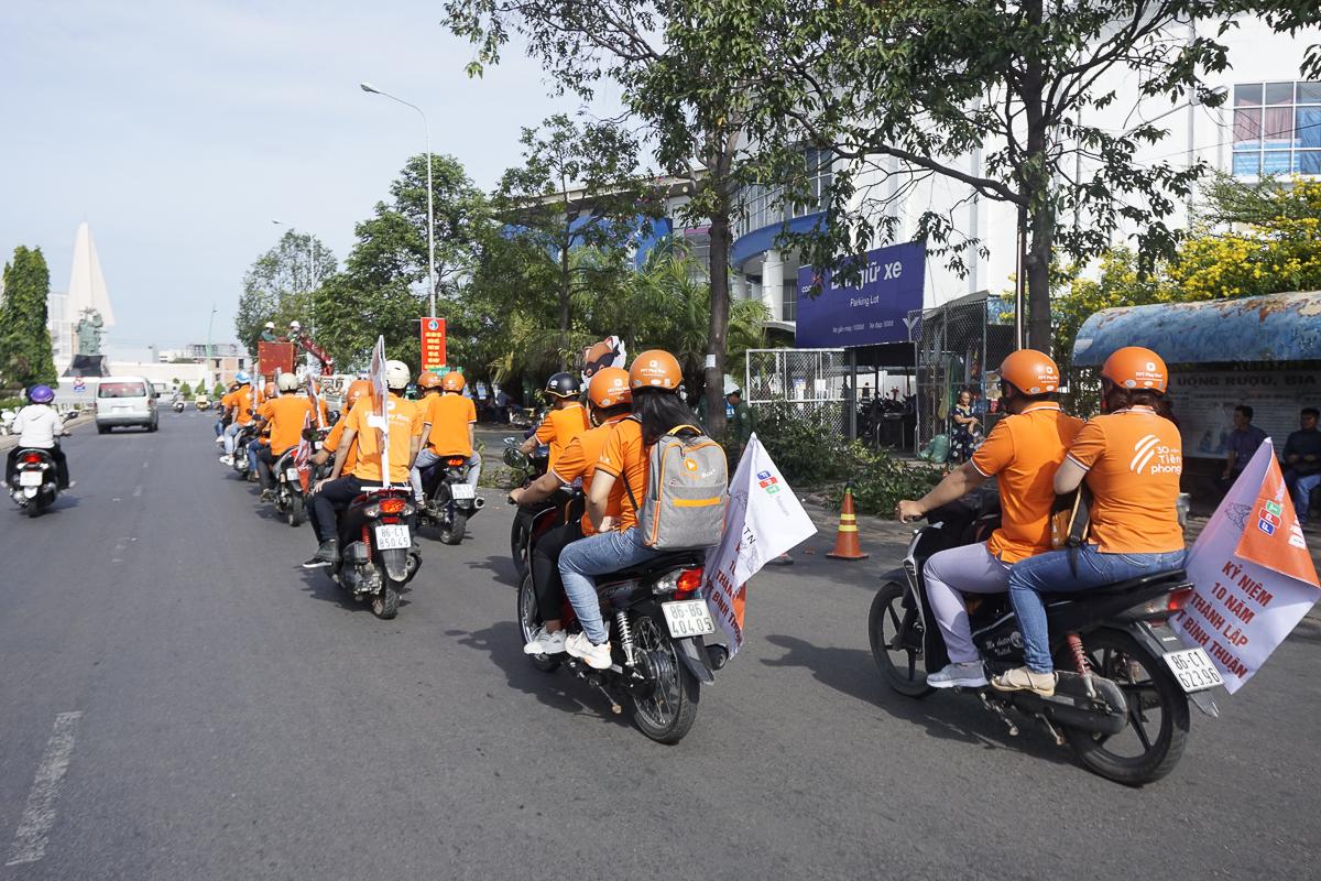 Từ ngày 14-16/10, nhân viên kinh doanh FPT Telecom Bình Thuận tập trung tiến hành roadshow - quảng bá sản phẩm ở ngoài đường phố vào buổi sáng trên toàn bộ cung đường quan trọng của thành phố Phan Thiết.