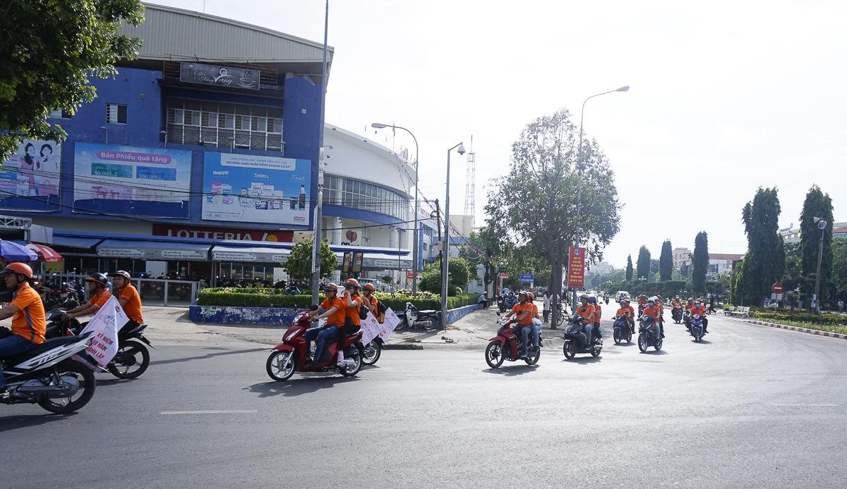 """40 chiếc xe máy ngập sắc cam ra quân """"săn mồi"""" với các logo, biển hiệu về các dịch vụ FPT Telecom và """"FPT Telecom Bình Thuận - 10 năm kết nối"""". Theo anh Hồ Đắc Trung - Giám đốc FPT Telecom Bình Thuận, kết nối bao hàm nhiều ý nghĩa: kết nối về nhu cầu, kết nối cảm xúc, kết nối con người…"""