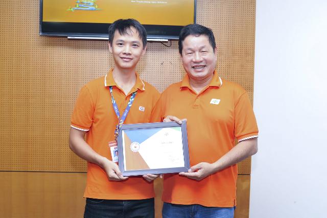 Ngày 26/8, Mail Merge nhận giải đồng iKhiến số 4, trao bởi Chủ tịch FPT Trương Gia Bình. Ảnh: Trâm Nguyễn.