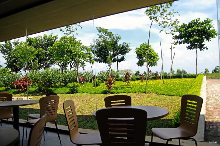 """Với kỳ vọng mang đến cho các lập trình viên một không gian làm việc sáng tạo và thân thiện, F-Ville được thiết kế theo phương án tối ưu hóa các yếu tô thiên nhiên - môi trường nhằm tạo ra một """"tòa nhà văn phòng xanh"""" với hệ thống cây xanh có mặt ở hầu hết các khu vực của tòa nhà, từ trong khuôn viên, giếng trời, trên mái nhà đến mặt tiền của tòa nhà và ngay tại bàn làm việc."""