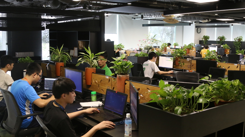 """Không chỉ trồng hàng ngàn cây xung quanh tòa nhà, văn phòng làm việc cũng là những mảnh """"đất tốt"""" để người nhà F """"trồng trọt"""". Bên trong văn phòng làm việc các CBNV đã đồng loạt """"phủ xanh"""" văn phòng làm việc của mình, đây là phương pháp để xanh hóa văn phòng và mục tiêu lớn nhất đó chính là bảo vệ sức khỏe cho con người. """"Trồng cây trong văn phòng vô cùng thú vị, vừa tốt cho sức khỏe, đây cũng là niềm vui khi đi làm"""", chị Nguyễn Bích Nguyệt (FGC.HN2) cho hay vàthêm rằng để cây luôn tươi xanh thì càn phải tưới nước đầy đủ và thỉnh thoảng cần phải cho cây đi """"phơi nắng""""."""