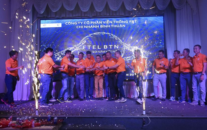Các lãnh đạo khách mời và đại diện chi nhánh cùng cắt bánh và nâng ly chúc mừng tuổi lên 10 của 'Cáo' Bình Thuận. Trải qua 10 năm, chi nhánh Bình Thuận đã trải qua nhiều khó khăn và thử thách, và gặt hái được không ít thành tựu đáng tự hào: 36.000 phát triển thuê bao Internet, 20.000 phát triển thuê bao Pay TV, 62.000 port trải dài từ Lagi đến Phan Rí, giúp FPT chiếm 42% thị phần Phan Thiết. Từ 63 nhân sự ban đầu, hiện tổng số nhân sự của chi nhánh đã lên đến 187 người. FPT Telecom Bình Thuận từng đạt danh hiệu Tập thể kinh doanh xuất sắc năm 2018; INF xuất sắc nhất toàn quốc 2018 và duy trì Top từ năm 2017 đến nay.