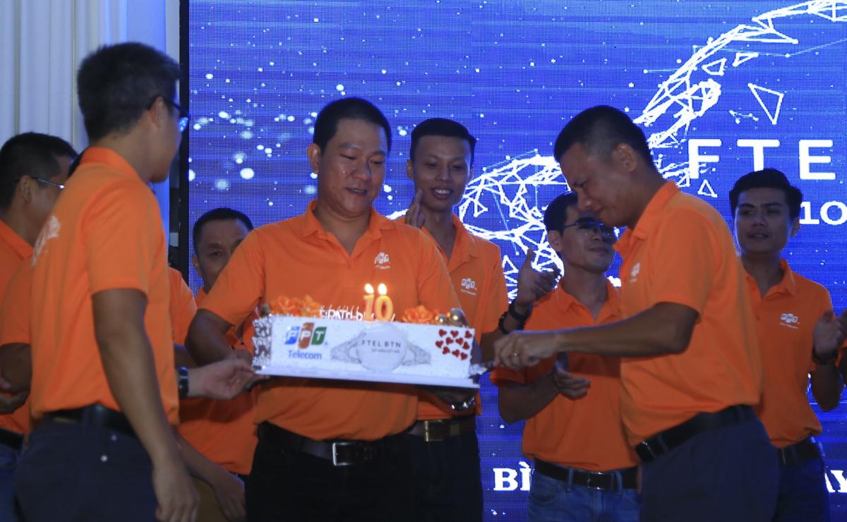 Anh Hồ Đắc Trung - Giám đốc chi nhánh cho biết hết quý III, chi nhánh Bình Thuận đã đạt 6/9 KPI của năm. Theo dự định, 2 KPI còn lại sẽ được hoàn thành trước Tết. Ngoài các hoạt động cung cấp dịch vụ Internet, truyền hình, phổ cập công nghệ thông tin đến người tiêu dùng, FPT Telecom Bình Thuận còn hướng đến các hoạt động cộng đồng, thiện nguyện, chú trọng hình ảnh công ty trong mắt người dân, giữ quan hệ tốt với chính quyền, khách hàng, cộng đồng địa phương.