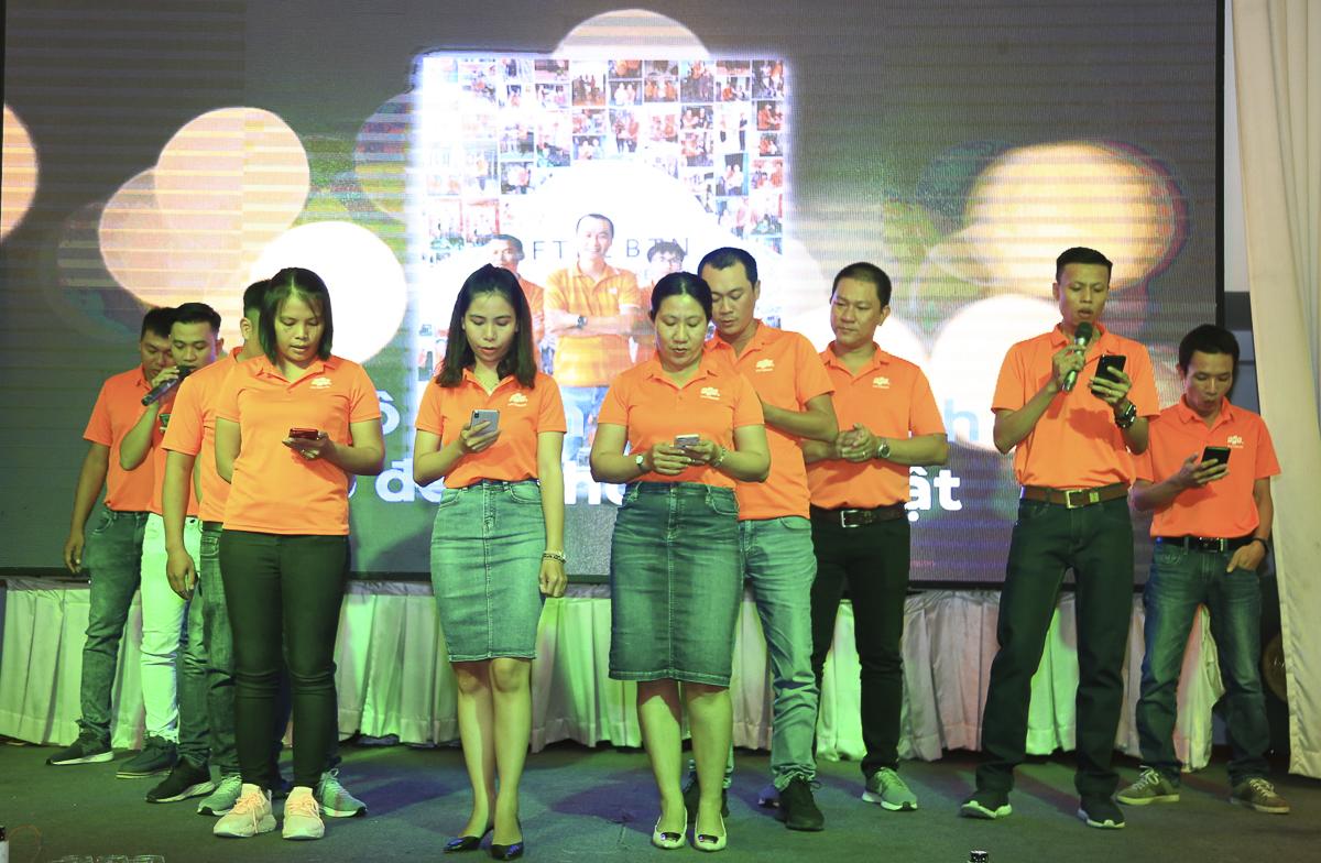 """Các trưởng phòng/quản lý bộ phận chi nhánh Bình Thuận đem đến tiết mục STCo """"10 năm Bình Thuận tiên phong"""" mở đầu đêm hội mừng sinh nhật chi nhánh."""