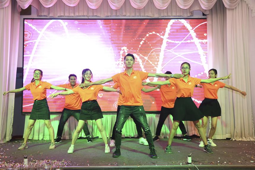 Người nhà Cáo Bình Thuận cùng hát vang các bài hát STCo do CBNV chi nhánh sáng tác với những thông điệp cổ vũ tinh thần phát triển kinh doanh. Trong 10 năm qua, FPT Telecom Bình Thuận đã đạt nhiều con số kinh doanh ấn tượng, nhân sự tăng mạnh và địa bàn luôn mở rộng.