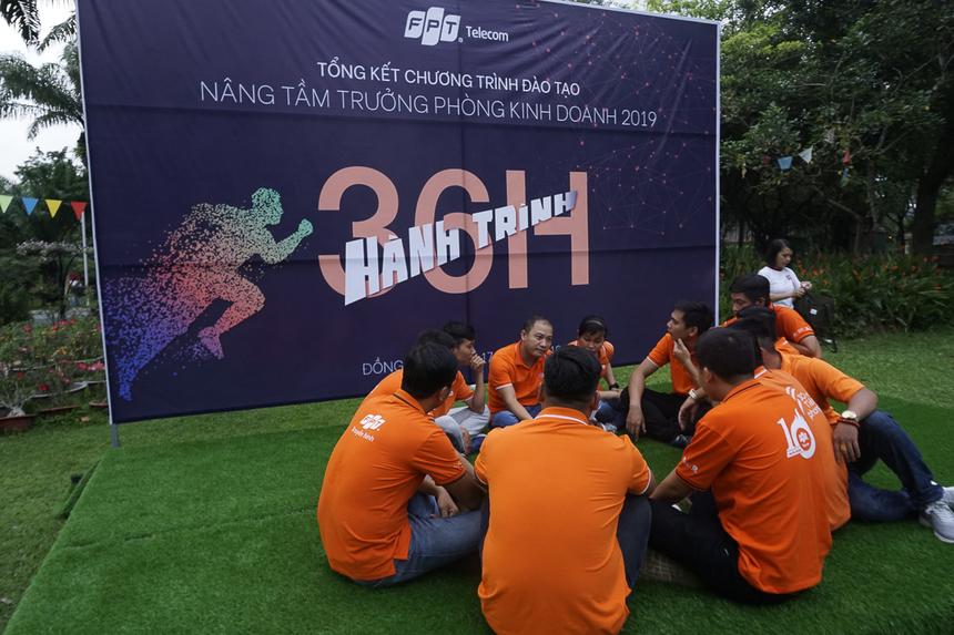Thử thách của ngày đầu tiên là thử thách STCo. 6 đội được phát đạo cụ để chuẩn bị trong vòng 1h một tiết mục STCo theo 6 chủ đề Tôn - Đổi - Đồng - Chí - Gương - Sáng.