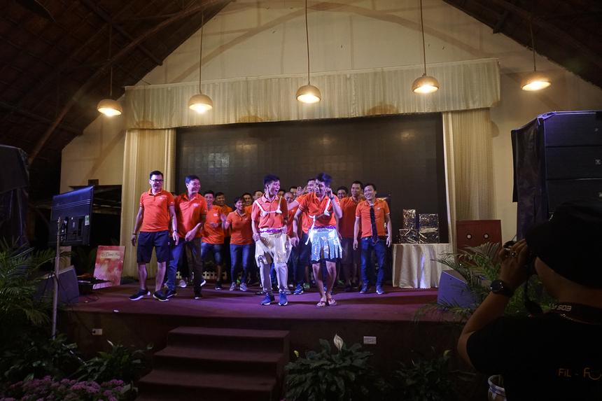 Các thành viên tận dụng đạo cụ được cung cấp bởi Ban tổ chức để sáng tạo theo ý đồ tiết mục của đội một cách hài hước và ấn tượng.
