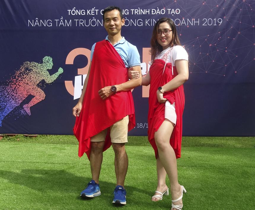 Cặp trình diễn mang phong cách thanh lịch nhất sáng nay: anh Quách Hưng Phong và Đinh Hoàng Minh Phương (Trung tâm Kinh doanh Sài Gòn).